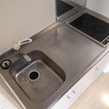 コンロはIH2口。キッチン上に調理スペースがあるのも便利です。