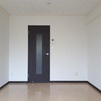 黒の扉がお部屋のアクセントに。