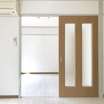 洋室から洋室へと繋がる引き戸。奥が4.5帖の洋室。