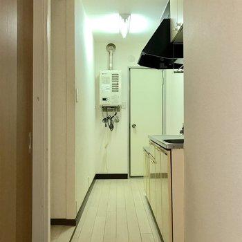 左の窪みに冷蔵庫を置きましょ。