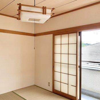 和室にバルコニーがあります。