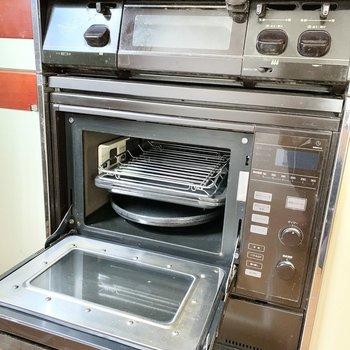 グリルの他に電子レンジ+オーブンの機能を備えた電子コンベック付き!
