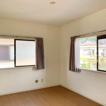 【西側6帖洋室】全部屋にカーテンがついていますよ。