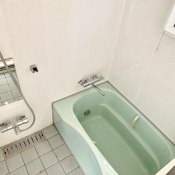 追い焚き付きのお風呂は小窓がついて爽やか。
