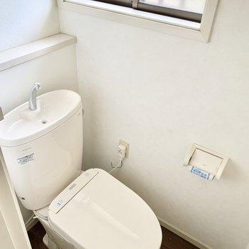 トイレにも小窓。全てのお部屋に窓があります◎