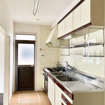 お勝手口や床下収納もあるキッチン。