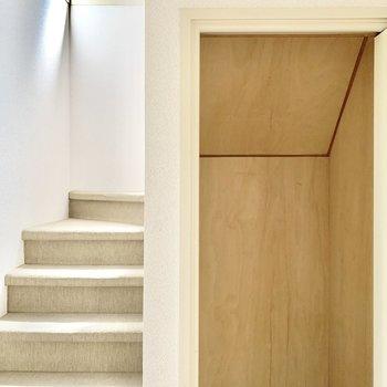 階段下を利用した物入れスペースには掃除機など入れられます。