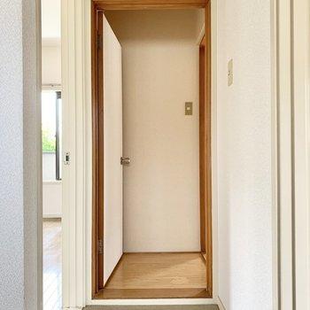 最後に和室へと。入り口に少しの板の間スペースがあります。