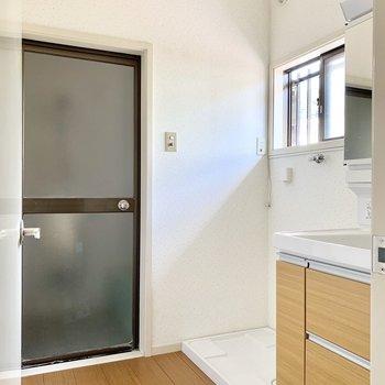 小窓付きの洗面所へ。