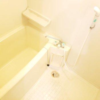 鏡なしのシンプルなバスルームです。