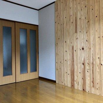 こちら側の壁は木で温かみのある感じに!