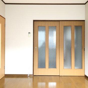 水回り横の洋室は窓1つでもこの明るさ。