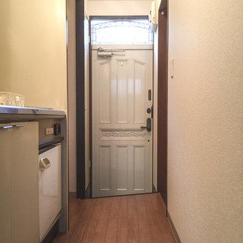 玄関のドアもシックですね