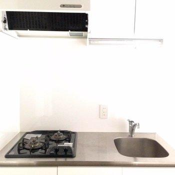 システムキッチン。白。※写真は1階の同間取り別部屋のものです