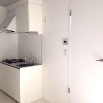 キッチンの横は水回り一式につながります※写真は1階の同間取り別部屋のものです