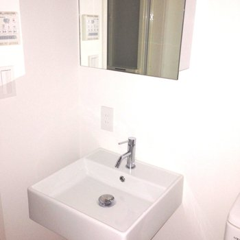 洗面台も、白っ※写真は1階の同間取り別部屋のものです