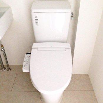 洗面台と併設です。※写真は1階の同間取り別部屋のものです