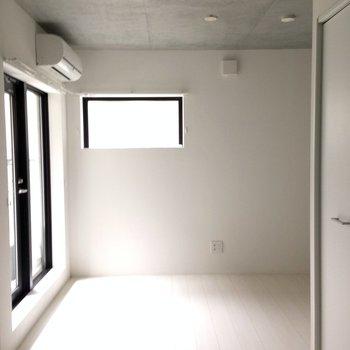 真っ白なお部屋※写真は1階の同間取り別部屋のものです