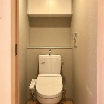 トイレには収納付き!※写真は9階の同間取り別部屋のものです