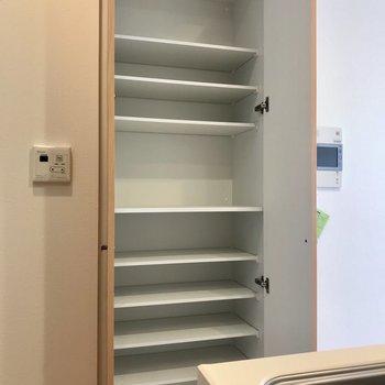 キッチン側に。食器棚としても使えそう※写真は9階の同間取り別部屋のものです