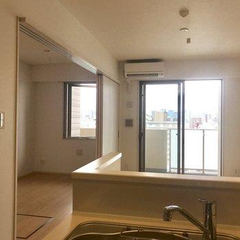 キッチンからの眺め※写真は9階の同間取り別部屋のものです