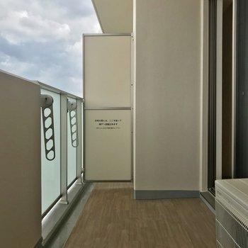 バルコニーにイスとか置いたり※写真は9階の同間取り別部屋のものです