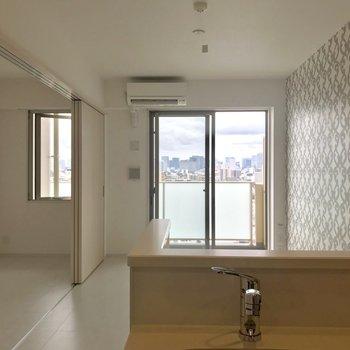 キッチンからの眺め※写真は13階の同間取り別部屋のものです