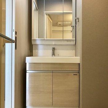 しっかりと収納付きの洗面台※写真は13階の同間取り別部屋のものです