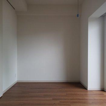 落ち着いた雰囲気のお部屋。※写真は5階の同間取り別部屋のものです