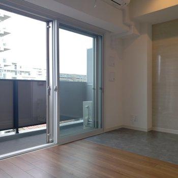 大きな窓は二重サッシ採用。※写真は5階の同間取り別部屋のものです