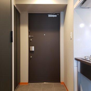 玄関からお部屋までの床はフラット。※写真は5階の同間取り別部屋のものです