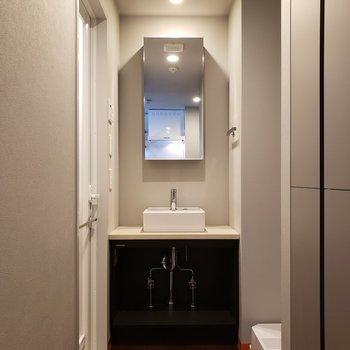 洗面台はコンパクト。※写真は5階の同間取り別部屋のものです