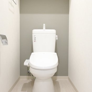 トイレには大人なアクセントカラー♥※写真は3階の同間取り別部屋のものです