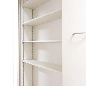 シェルフにはカゴを置いて小物を収納してみたり。※写真は3階の同間取り別部屋のものです