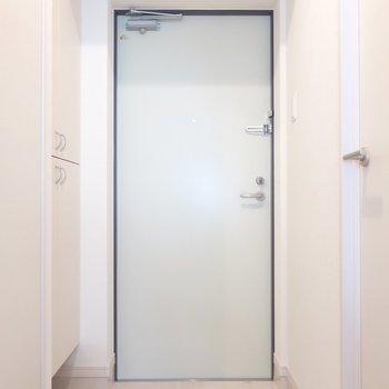 玄関は真っ白で清潔な印象。※写真は3階の同間取り別部屋のものです