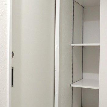 個室トイレの引き戸と収納棚※ 写真は前回募集時のものです