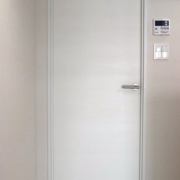 【LDK】リビングドアも白です※ 写真は前回募集時のものです