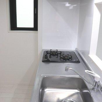 【LDK】小窓が付いているのでキッチンも明るい※ 写真は前回募集時のものです