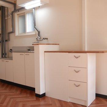 隣の棚はキッチンカウンターのようにも使えます♪収納もあってありがたい!