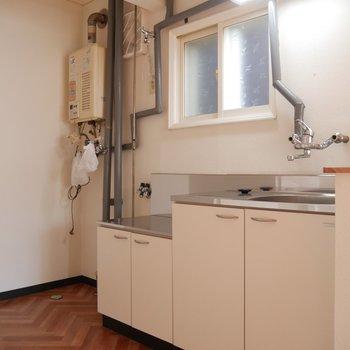 キッチンにも小窓がついてますね◎ちょっと換気したい時とか便利だな〜