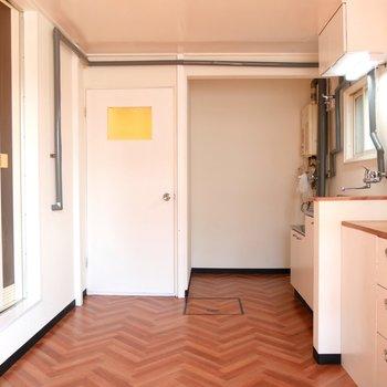 白が基調のシンプルな空間で、どんな家具でも合わせやすい◎