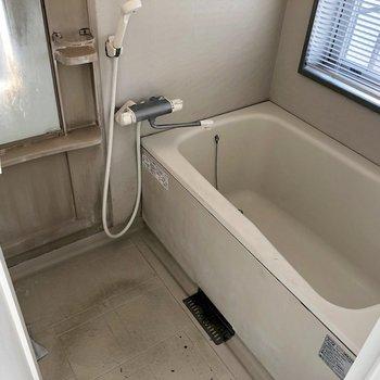 お風呂も広々で窓付きです!(※写真は清掃前のものです)