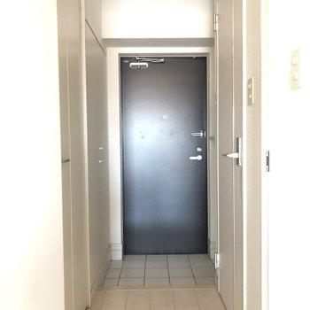 白いお部屋に締まったイメージの黒い玄関(※写真は清掃前のものです)