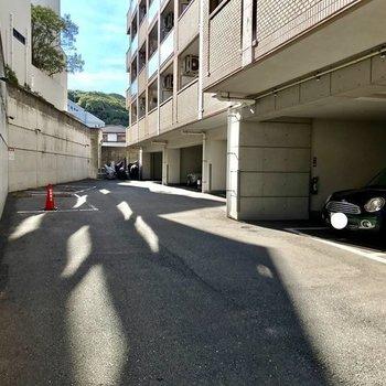 マンションの裏が駐車場になっています!