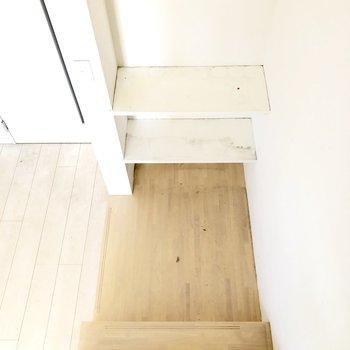 階段下にも棚があります!緑を添えるのも◎(※写真は清掃前のものです)