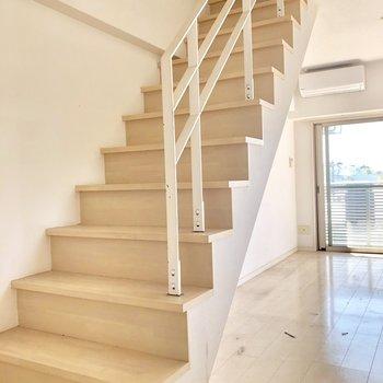 しっかり階段を登って上の階へ(※写真は清掃前のものです)