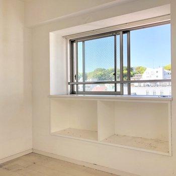 出窓の下は棚になっています(※写真は清掃前のものです)