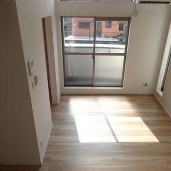 ロフトからの眺め、気持ちいいな。※写真は2階の同間取り別部屋のものです