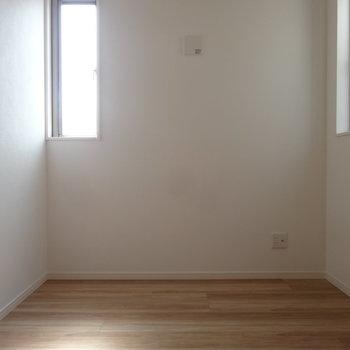 縦長の窓が2面もあるお陰で明るいです。※写真は2階の同間取り別部屋のものです