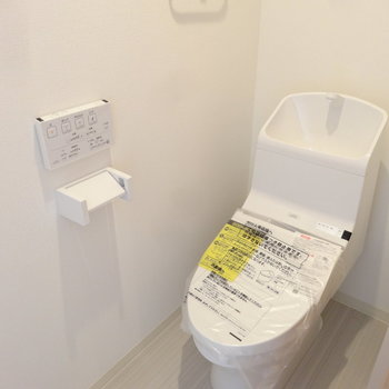 すっきりとしたトイレ。※写真は2階の同間取り別部屋のものです